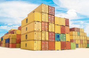Piles containers jaunes dans un port