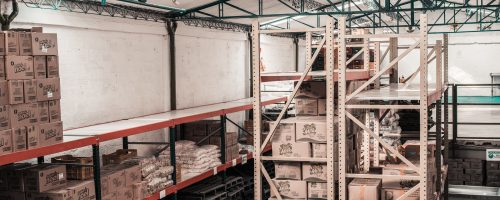 Entrepôt logistique rempli de colis gérés avec des étiquettes